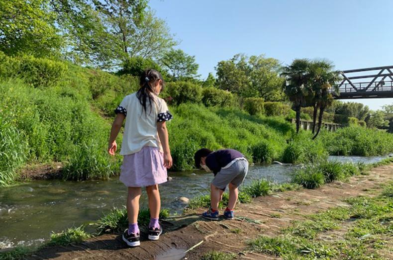 神奈川県立相模三川公園は川が流れる自然豊かな場所。遊具も充実している。