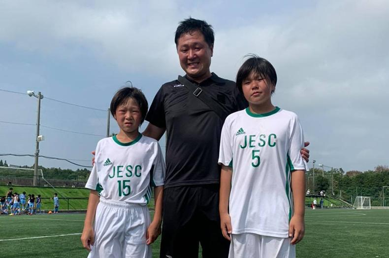 地元のサッカーチームでコーチをしている伊東さん。こんがりと良い色に焼けています!