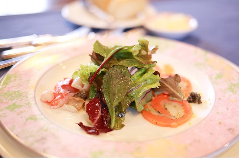貝のマリネとキャビアが添えられた、自家製スモークサーモンと平目のカルパッチョ