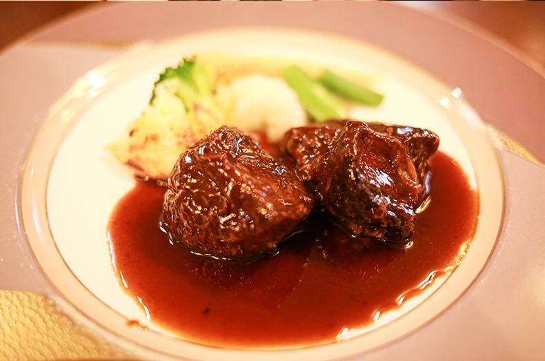 和牛頰肉の煮込みをチョイス。ボリュームにびっくり